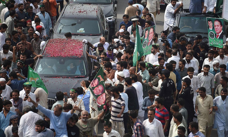 اسلام آباد سے لاہور روانہ ہونے والے سابق وزیراعظم کے قافلے کے ہمراہ لیگی کارکنوں کی بڑی تعداد شامل — فوٹو: اے ایف پی
