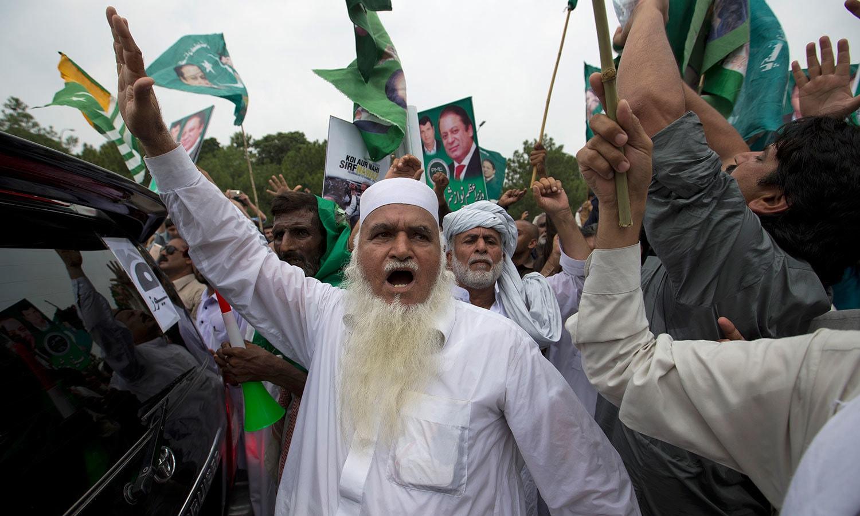 مسلم لیگ (ن) کے بزرگ کارکن قافلے کے ہمراہ نعرے لگاتے ہوئے — فوٹو: اے پی