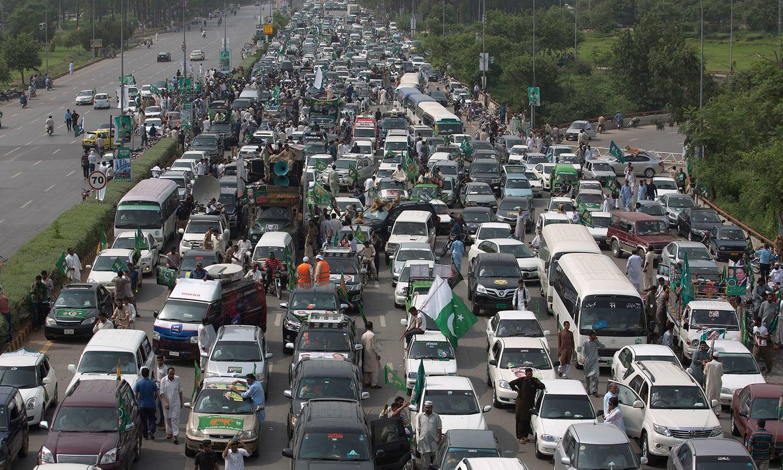 سابق وزیراعظم نواز شریف کا قافلہ لاہور کی جانب رواں دواں ہے — فوٹو: اے پی
