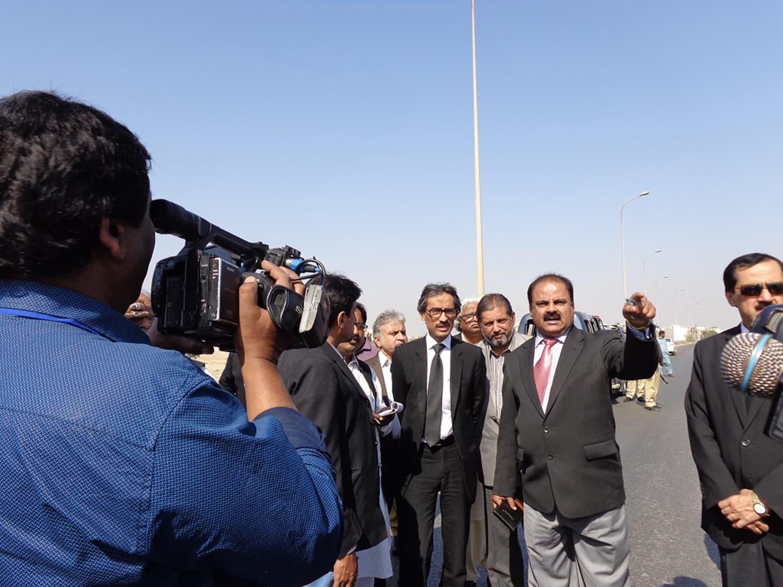 جسٹس محمد اقبال کلہوڑو ایک علاقے کا دورہ کرتے ہوئے۔ فوٹو PCRWR