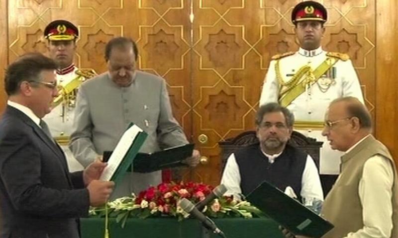 President Mamnoon Hussain administers oath to Daniyal Aziz and Mumtaz Tarar. — DawnNews