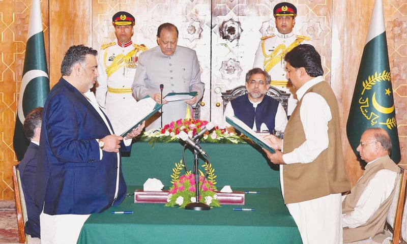 President Mamnoon Hussain administering the oath of office to Syed Ayaz Ali Shah Sherazi (right) and Mir Dostain Khan Domki as ministers of state at the Aiwan-i-Sadr on Thursday.—APP