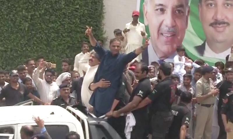 لیگی رہنما اور وفاقی وزیر عابد شیر علی گجرانوالہ سے روانگی کے وقت پرجوش دکھائی دے رہے ہیں—فوٹو: ڈان نیوز