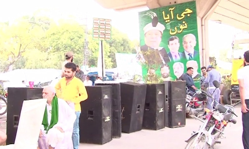 لاہور میں نواز شریف کےاستقبال کے لیے آویزاں پوسٹرز—فوٹو: ڈان نیوز