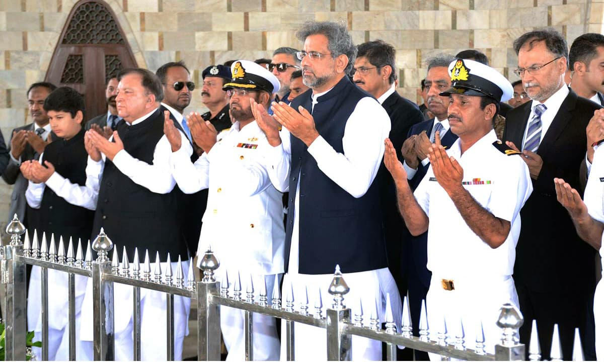 PM Abbasi offers fateha at Quaid's mausoleum. —APP