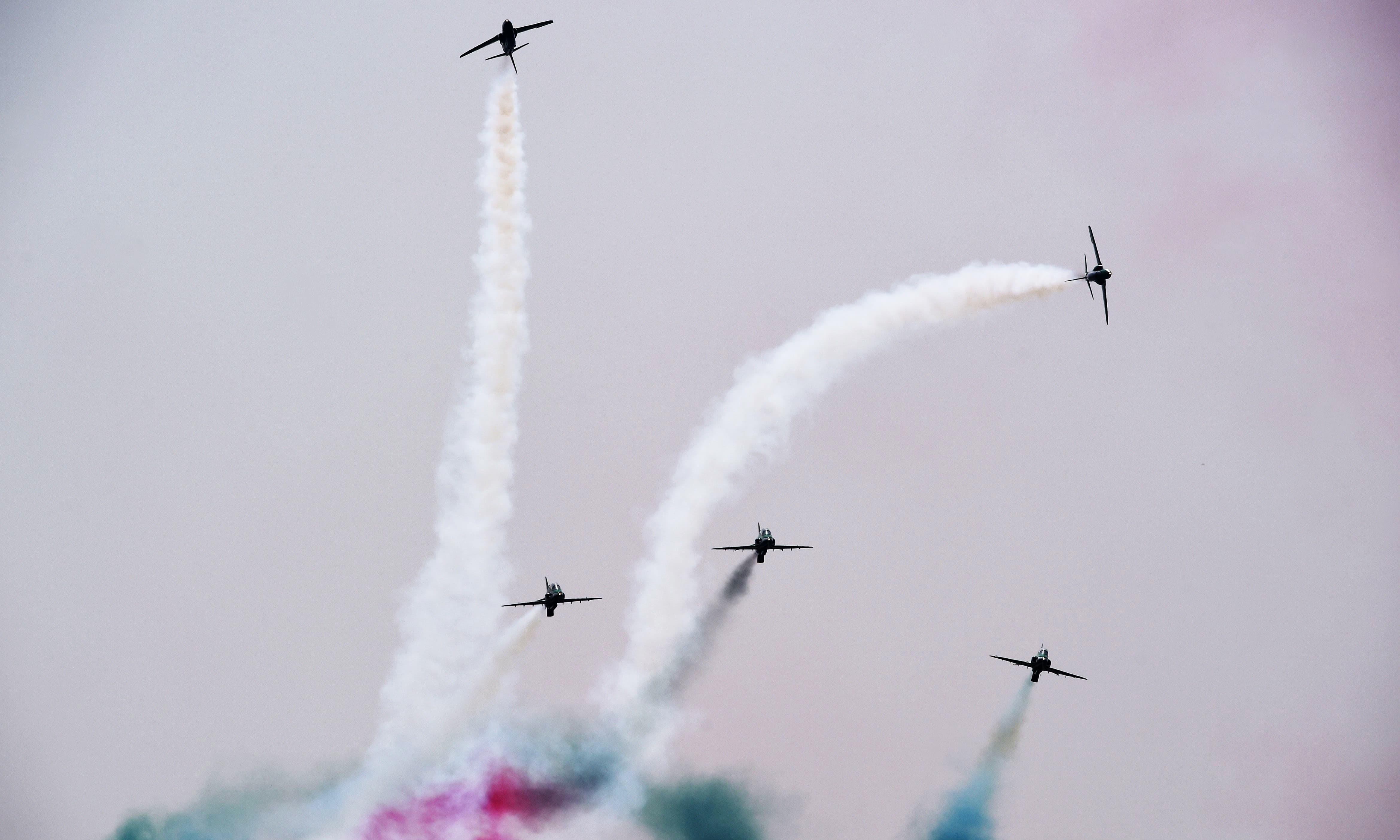 جشن آزادی کی تقریب سے قبل ریہرسل کے دوران ایروبیٹک ٹیم پرفارم کر رہی ہے — فوٹو: اے ایف پی