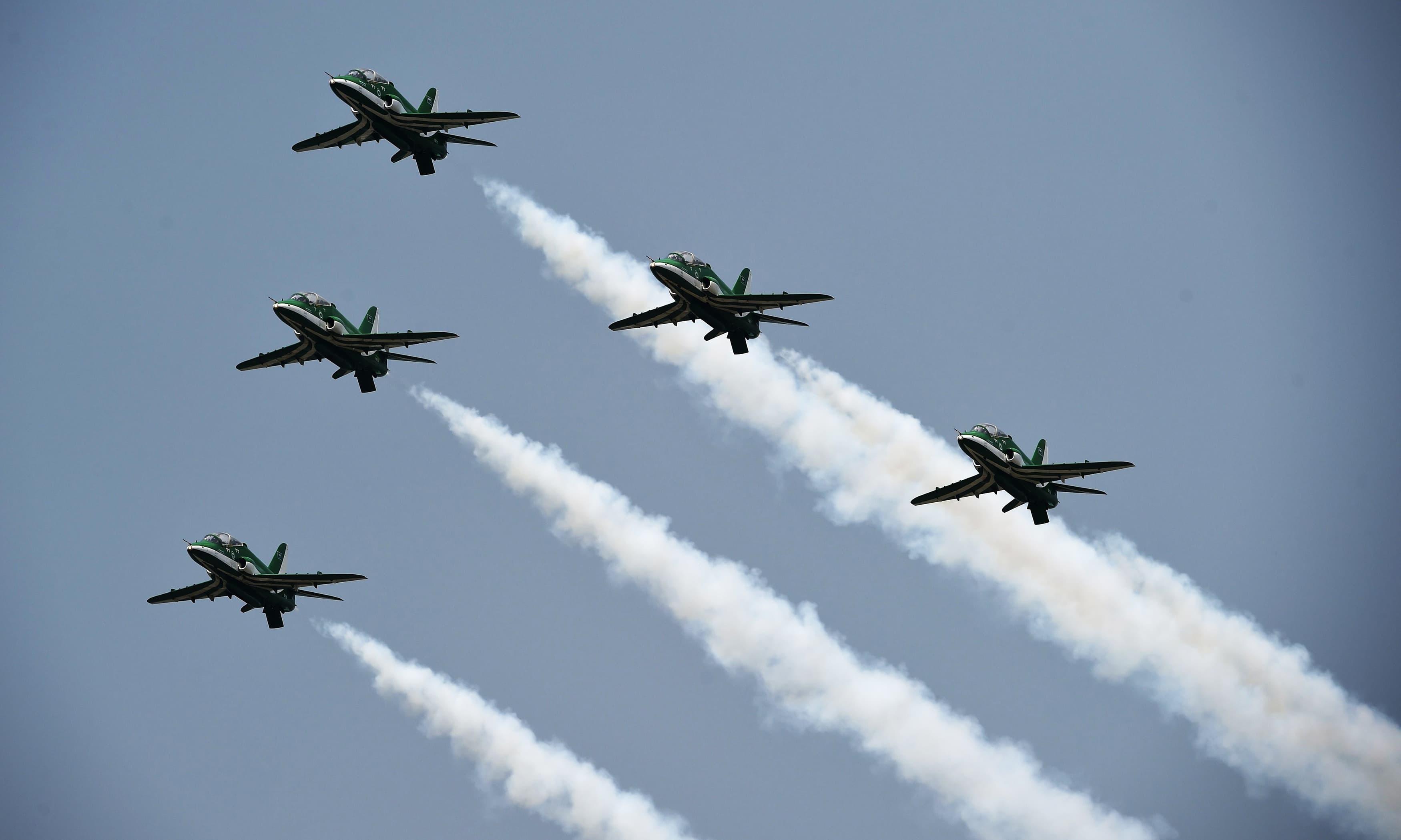 وفاقی دارالحکومت کی فضاؤں میں جنگی جہازوں کی ریہرسل پروازیں کی گئیں — فوٹو: اے ایف پی