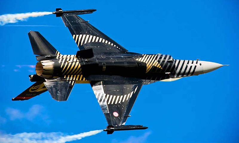 """Renowned Turkish aerobatic """"Solo Turk"""" flies F-16 aircraft during the rehearsal of air show to be held on Independence Day. —APP/File"""