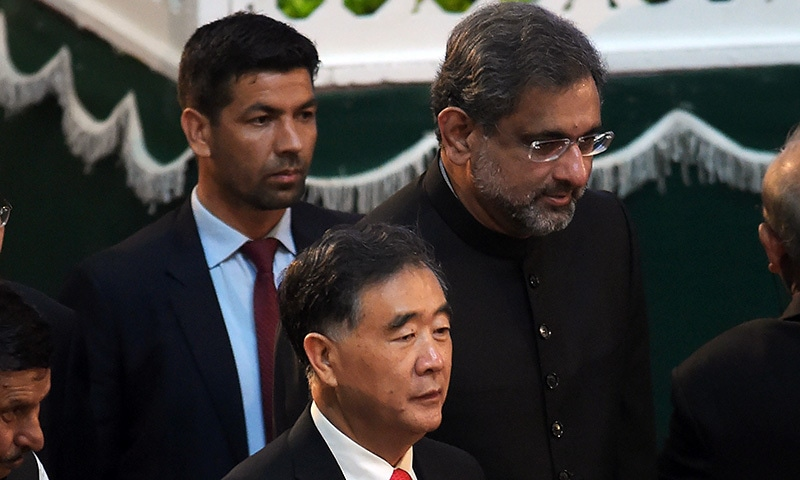Chinese Vice Premier Wang Yang (C) is flanked by PM Abbasi (R) as they arrive to attend the ceremony.— AFP