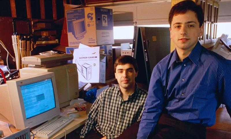 گوگل کے دونوں بانی اس کے پہلے آفس میں جو ایک گیراج میں کھولا گیا — فوٹو بشکریہ گوگل