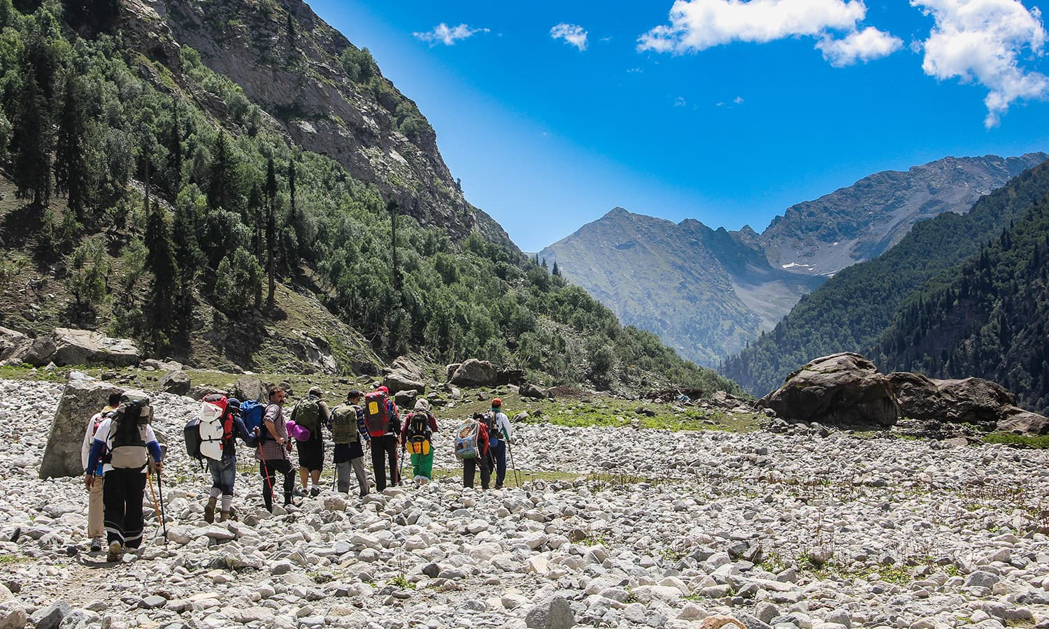 Trekkers on the way to Kooh Lake in Anakar Kalam valley.─Photo by author