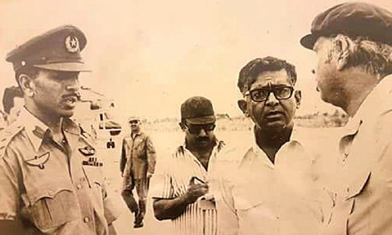 Khalid Kharal with Zulfikar Ali Bhutto at Larkana airport in 1977 when he was serving as a commissioner. – File photo