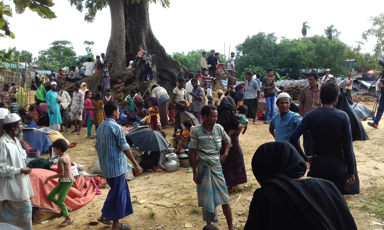 Thousands of Rohingya Muslims stranded at Bangladesh border