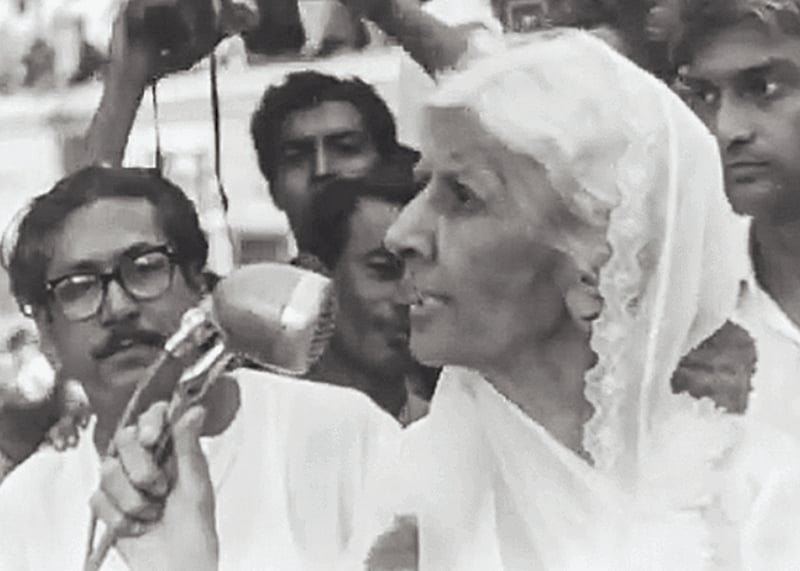 Miss Fatima Jinnah during her campaign in late 1964 leading to the presidential elections in Chittagong, East Pakistan, as a candidate for the Combined Opposition Party whose main opponent was President Ayub Khan. She was supported, among others, by Sheikh Mujibur Rahman (left) and his Awami League. —​ Photo: Dawn/White Star Archives