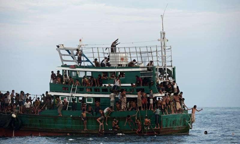 روہنگیا افراد پناہ کی تلاش میں اکثر بحری راستوں پر حادثات کا بھی شکار ہوتے ہیں - فوٹو : اے ایف پی