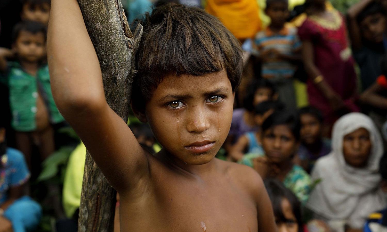 میانمار سے بھاگ کر بنگلہ دیش آنے والی یہ روہنگیا مسلم بچی مشکل حالات کے باعث کیمرے کو دیکھ کر رو رہی ہے — اے ایف پی فوٹو