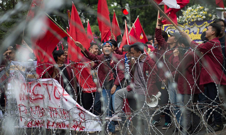 انڈونیشیاء میں لوگ احتجاج کرتے ہوئے — اے ایف پی فوٹو