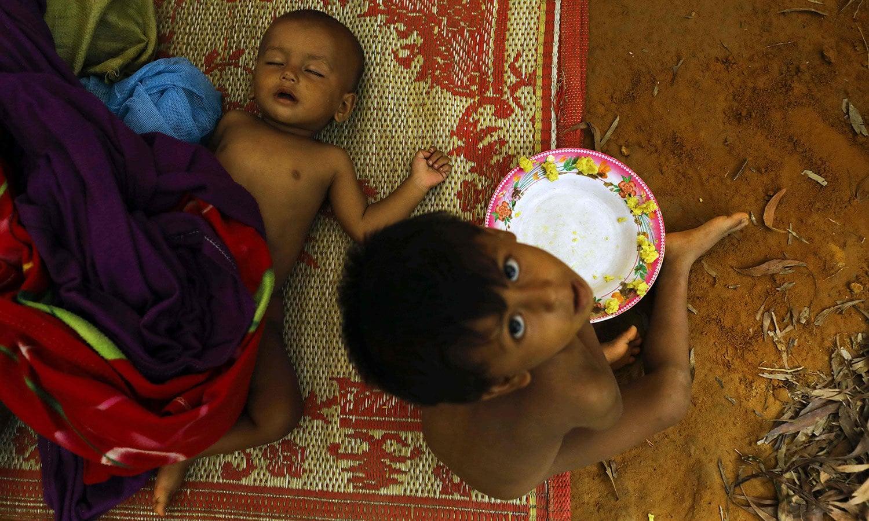 بنگلہ دیش میں عارضی پناہ گزین کیمپ میں مقیم روہنگیا خاندان کے بچے — اے ایف پی فوٹو
