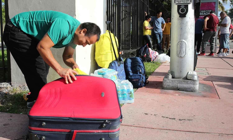 ورننگ جاری ہونے کے بعد میامی سے لوگوں نے نقل مکانی شروع کی—فوٹو: اے پی