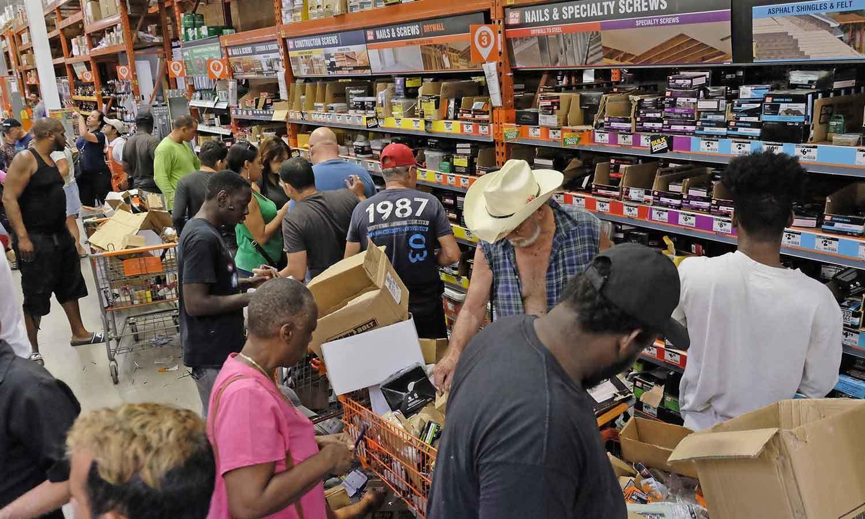 فلوریڈا کے عوام نے اشیائے خردنوش کی وافر مقدار جمع کرنے کا کام شروع کردیا—فوٹو: اے پی