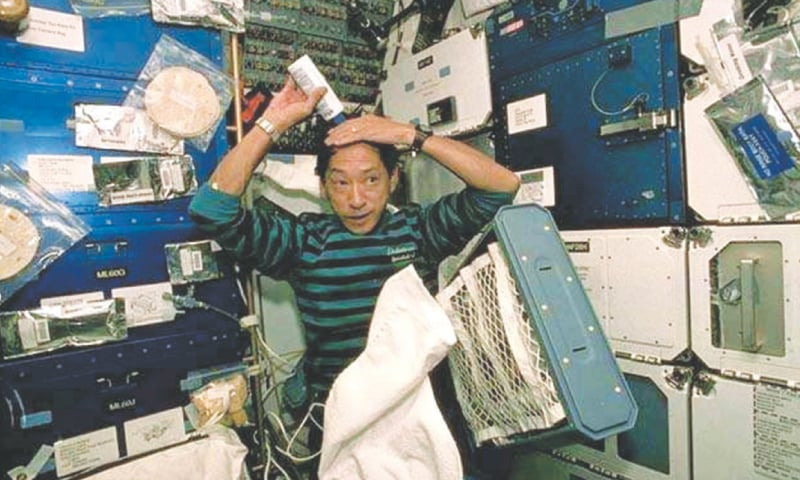 Astronaut Mamoru Mouri, washing hair / Photos courtesy: Nasa/ ESA