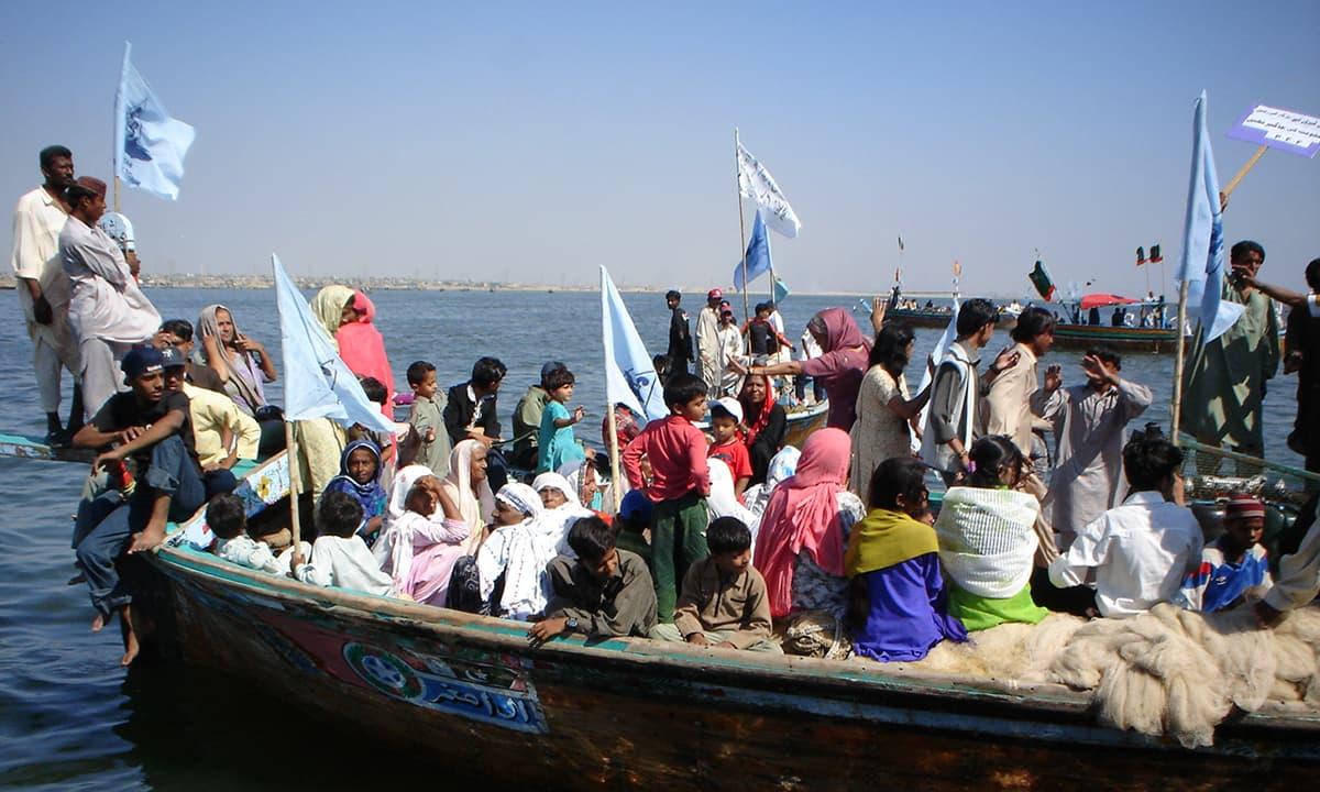 ڈنگی اور بھنڈاڑ جیزیرے پر سالانہ میلے کا سماں— تصویر ابوبکر شیخ