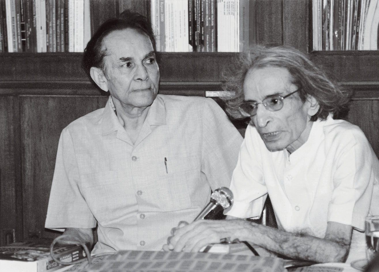 The writer with Editor Ahmed Ali Khan (left) at a ceremony where he donated his books to the *Dawn* Library which now has a separate corner dedicated to him called the Zamir Niazi Collection. | Photo: Private collection of Niazi family