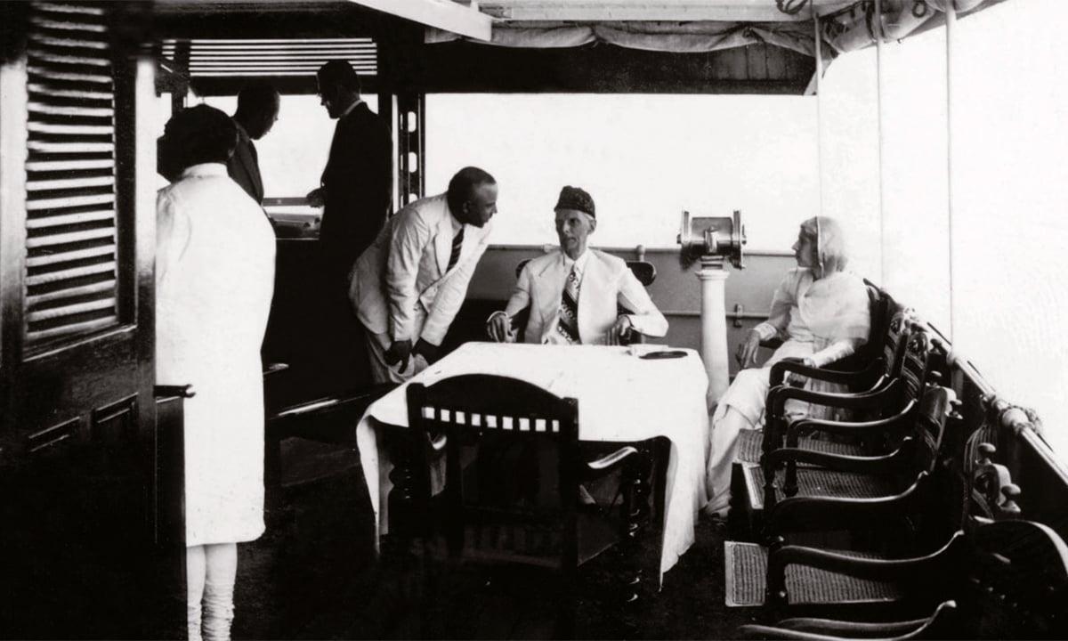 1940 کی دہائی کے اوائل میں قائدِ اعظم محمد علی جناح اور فاطمہ جناح ممکنہ طور پر بنگال میں کشتی رانی کے دوران۔ بائیں جانب شیروانی میں ملبوس خواجہ ناظم الدین کھڑے ہیں جو اس وقت بنگال کے وزیرِ اعظم تھے۔— فوٹو پریس انفارمیشن ڈپارٹمنٹ