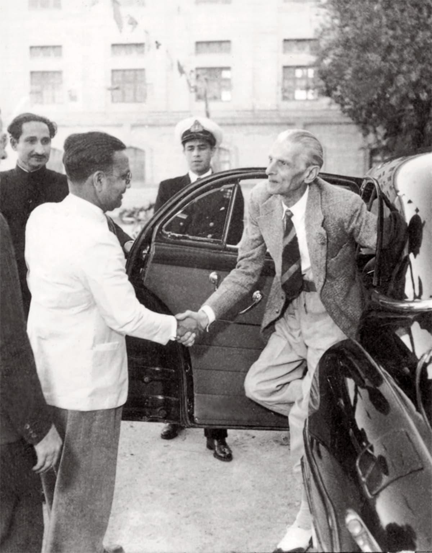قائدِ اعظم محمد علی جناح کا 1947 میں سپریم کورٹ آف پاکستان میں استقبال کیا جا رہا ہے۔ — فوٹو پریس انفارمیشن ڈپارٹمنٹ
