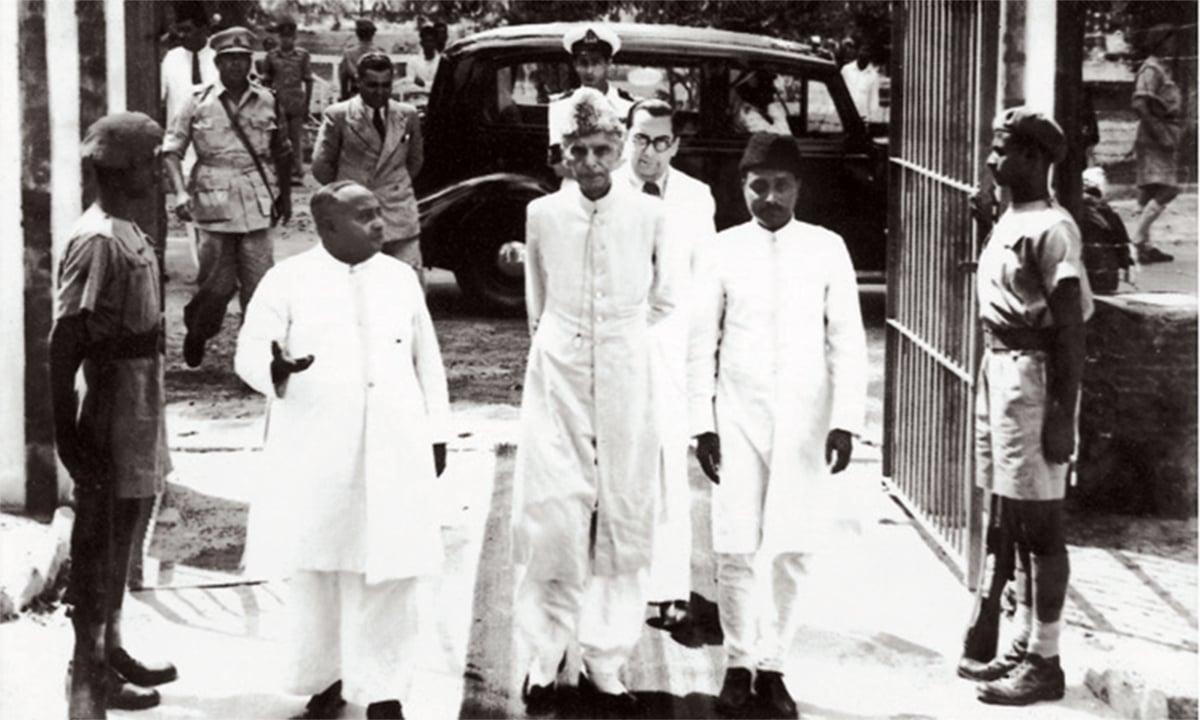 قائدِ اعظم محمد علی جناح اپریل 1948 میں ڈھاکہ کے دورے کے دورے پر خواجہ ناظم الدین کے ساتھ نظر آ رہے ہیں۔ — فوٹو پریس انفارمیشن ڈپارٹمنٹ