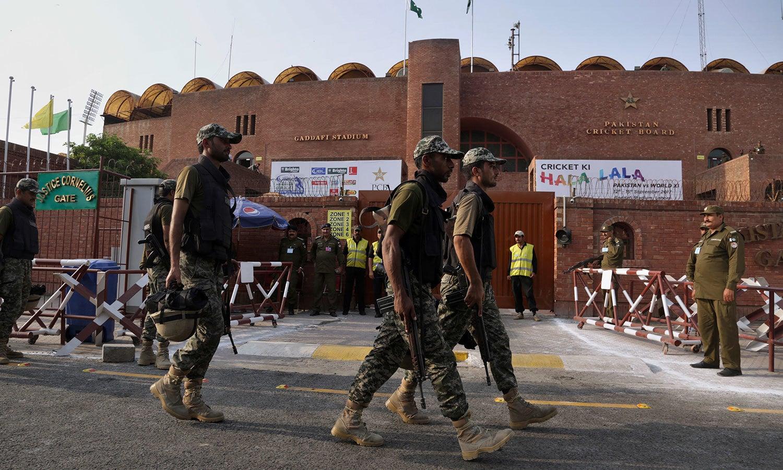 قذافی اسٹیڈیم میں سیکیورٹی کے سخت اقدامات کیے گئے ہیں—فوٹو:اے پی