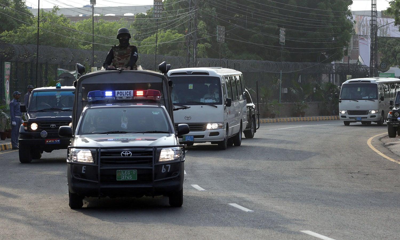 ورلڈ الیون اور پاکستانی ٹیم کے کھلاڑی سخت سیکیورٹی کے حصار میں قذافی اسٹیڈیم پہنچے—فوٹو: اے ایف پی