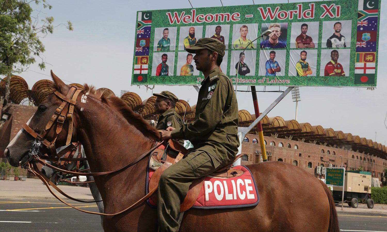 سیکیورٹی کو مضبوط بنانے کے لیے گھڑ سوار پولیس اہلکاربھی تعینات کیے گئے ہیں—فوٹو: اے ایف پی