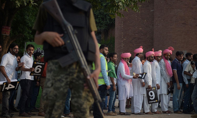 میچ دیکھنے کیلئے لوگوں نے جوق در جوق اسٹیڈیم کا رخ کیا اور کئی گھنٹے قبل ہی اسٹیڈیم پہنچنا شروع کردیا تھا— فوٹو: اے ایف پی