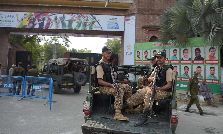 میچ کے موقع پر لاہور خصوصاً قذافی اسٹیڈیم کے اطراف میں سخت سیکیورٹی انتظامات کیے گئے تھے— فوٹو: اے ایف پی