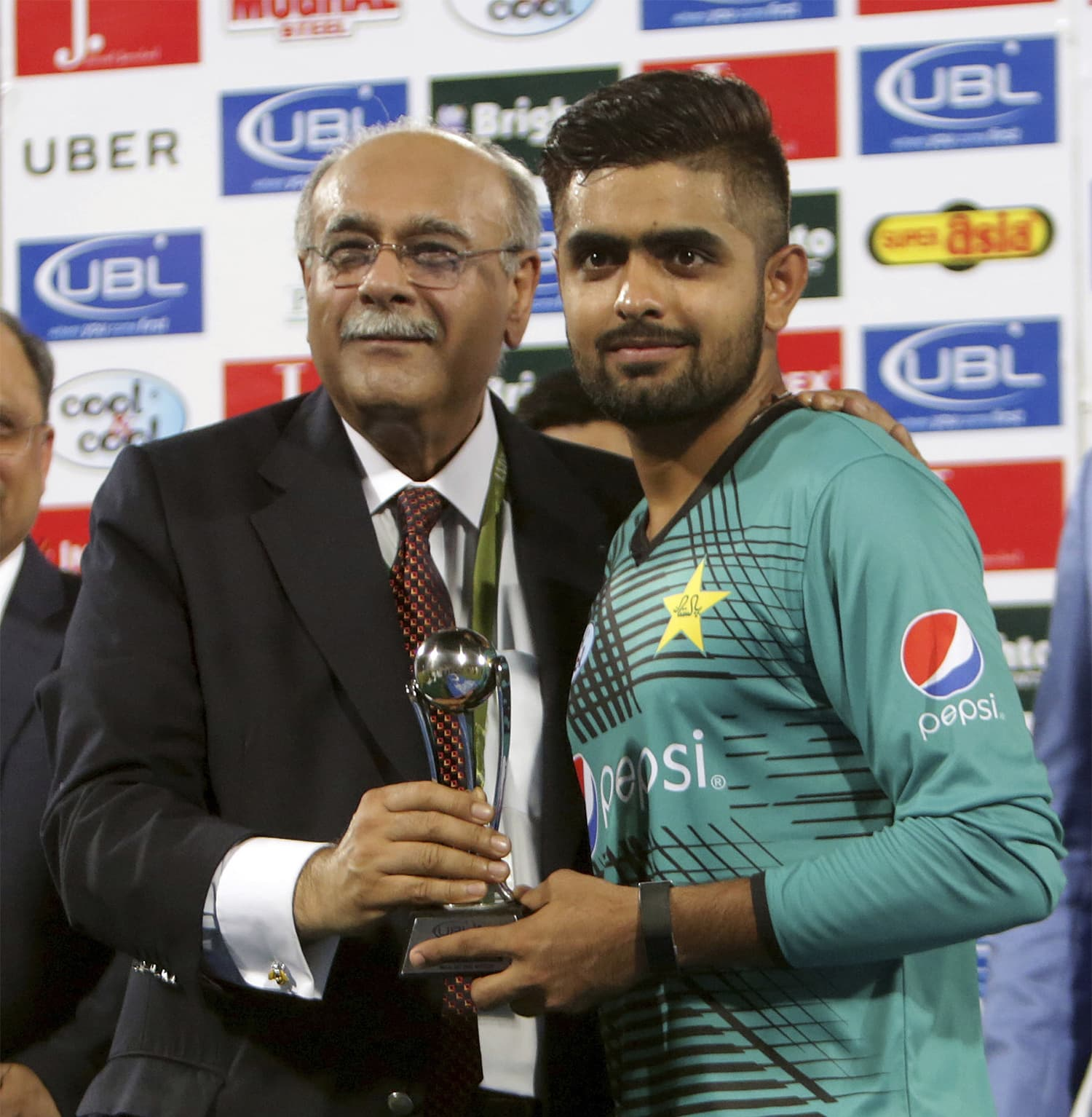 Babar Azam receives the Man of the Match award from PCB Chairman Najam Sethi. ─ AP