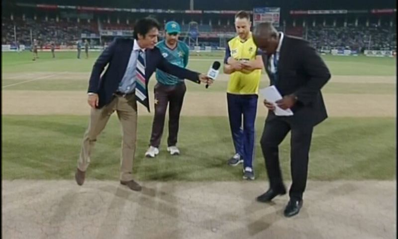 Faf du Plessis and Sarfraz Ahmed call the toss before the start of the match. ─ DawnNews