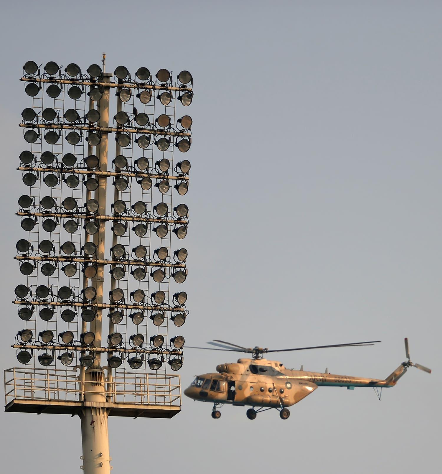 میچ سے قبل اسٹیڈیم اور اطراف کے علاقوں میں انتہائی سخت سیکیورٹی انتظامات کیے گئے اور ہیلی کاپٹر سے نگرانی کی جاتی رہی— فوٹو: اے ایف پی