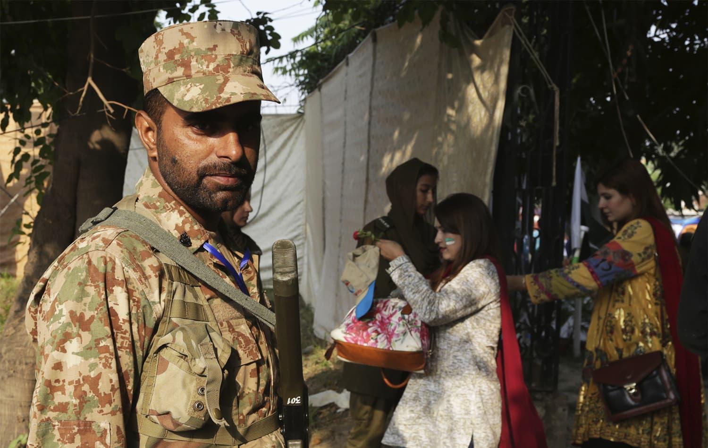 اسٹیڈیم میں آنے والی خواتین کی بھی جامع تلاشی لی گئی— فوٹو: اے ایف پی