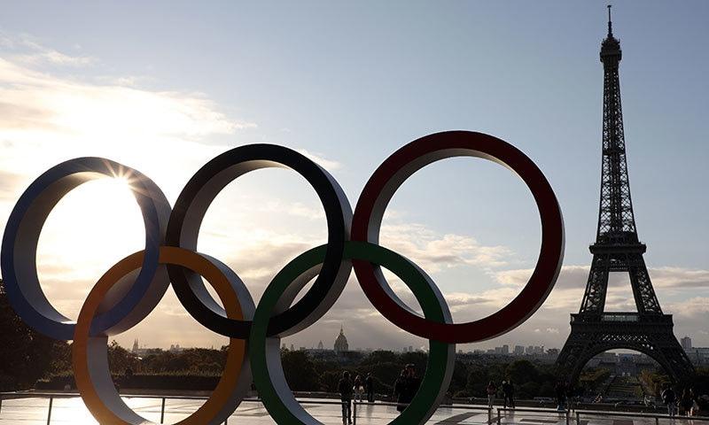 اولمپکس 2024 کی میزبانی کے حصول کے اعلان کے بعد پیرس کے ایفل ٹاور اولمپکس کا نشان آویزاں کردیا گیا— فوٹو: اے ایف پی