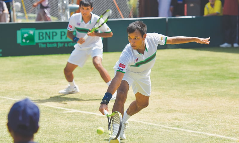 ISLAMABAD: Thailand duo of Sanchai Ratiwatana and Sonchat Ratiwatana in action against Pakistan's Mohammad Abid and Shahzad Khan in their doubles fixture of the Asia-Oceania Group II Davis Cup final  at the Pakistan Sports Complex on Saturday.—Tanveer Shahzad/White Star