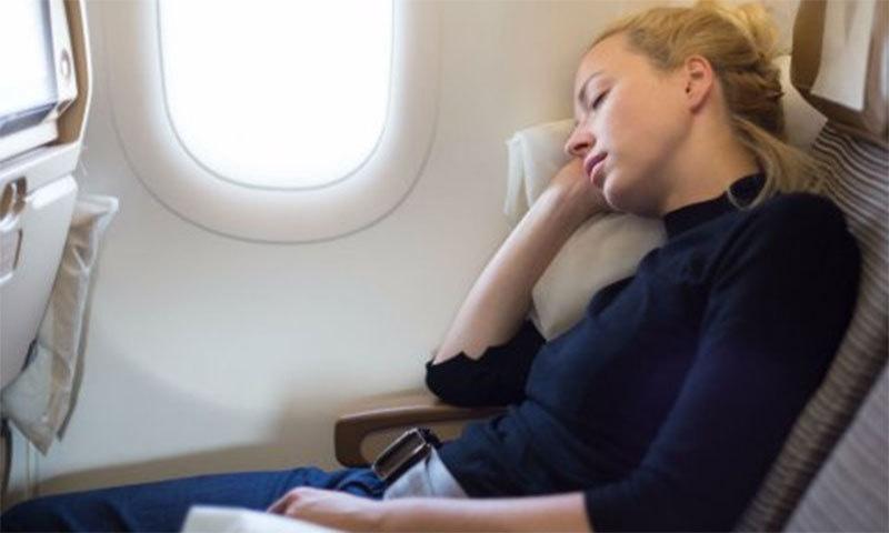 دوران پرواز سونے سے گریز کرنا بہتر