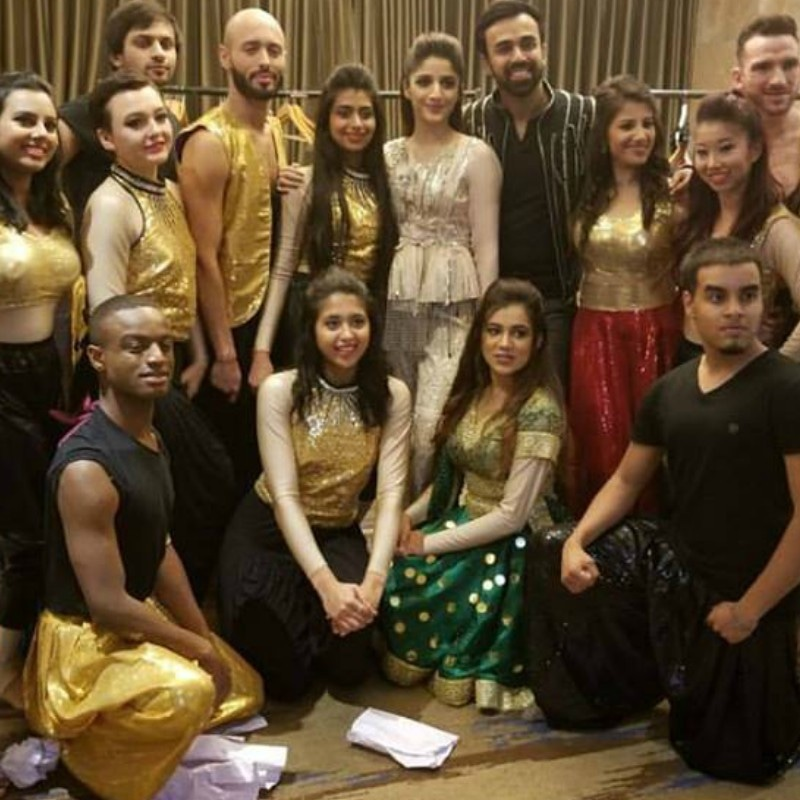 Mawra Hocane with her dance crew backstage at the IPPA Awards