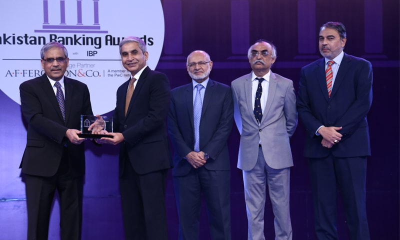 Suhail Yaqoob Khan, Chief Risk Officer, Bank Alfalah  receiving the award for Best Bank from Tariq Bajwa, Governor, State Bank of Pakistan. Also in the picture are Husain Lawai, Chief Executive, Institute of Bankers Pakistan; S.M. Shabbar Zaidi, Senior Partner A.F. Ferguson & Co., and Syed Ali Hasan Naqvi, General Manager Marketing, the DAWN Media Group.