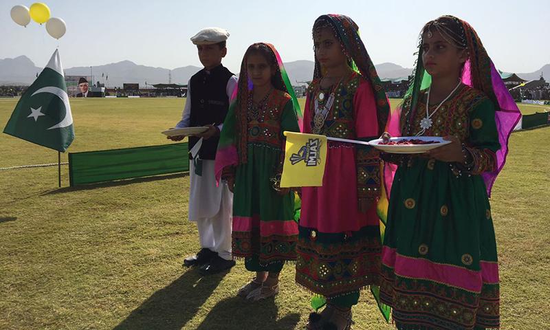 یونس خان اسٹیڈیم میں میچ سے قبل بچے علاقے کی ثقافت کا نمونہ پیش کر رہے ہیں — فوٹو / عبدالغفار