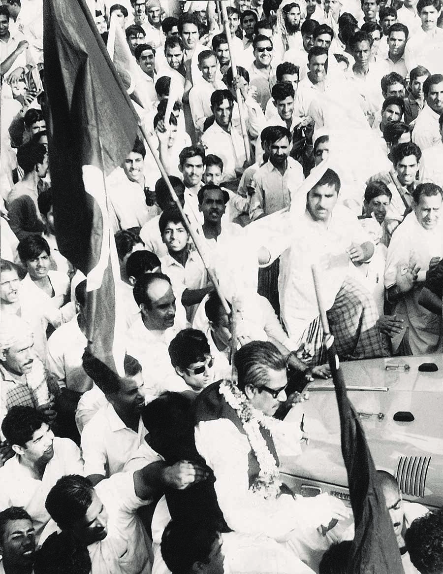 Sheikh Mujibur Rahman making his way through a sea of supporters in Lahore while he was still a Pakistani. | Photo: Dawn/White Star Archives