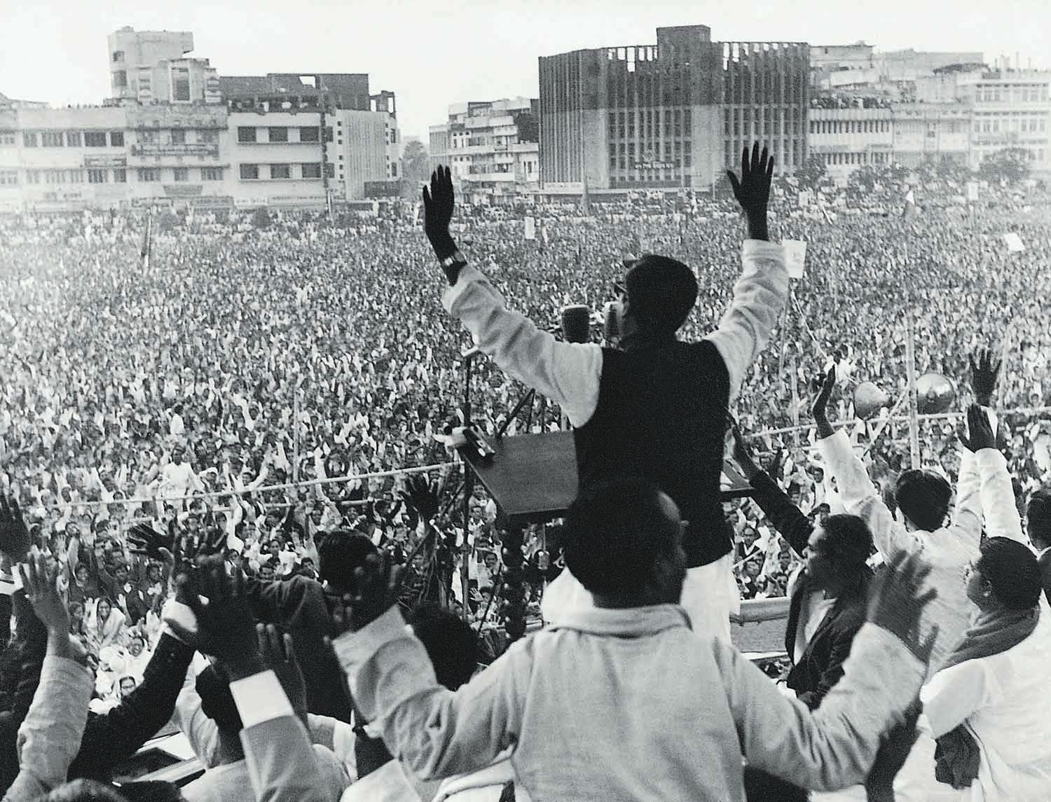 Sheikh Mujibur Rahman, chief of the Awami League, addressing a public rally in Dhaka's Paltan Maidan during his election campaign. | Photo: Dawn/White Star Archives