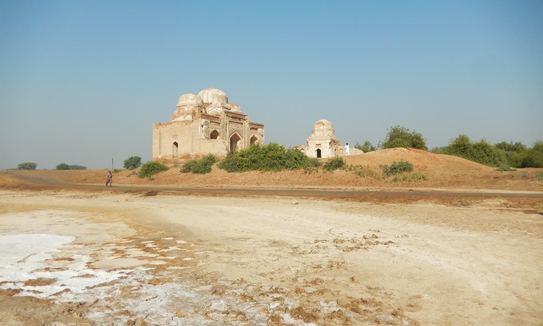 ٹنڈو فضل میں واقع دیائے سندھ کا قدیم بہاؤ جبکہ پس منظر میں مسجد (شمالی) اور مدرسہ کے آثار نظر آ رہے ہیں—تصویر ابوبکر شیخ