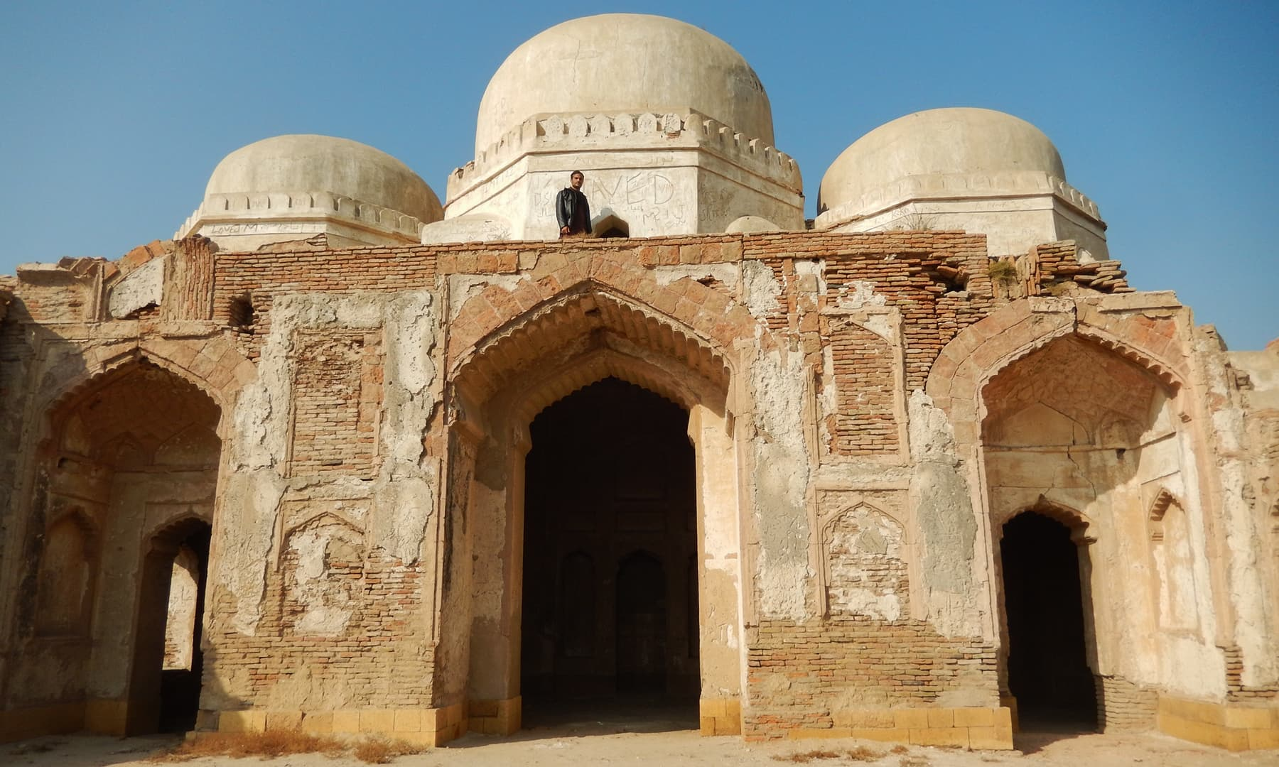 آثار قدیمہ کے جنوب میں واقع قدیم مسجد—تصویر ابوبکر شیخ