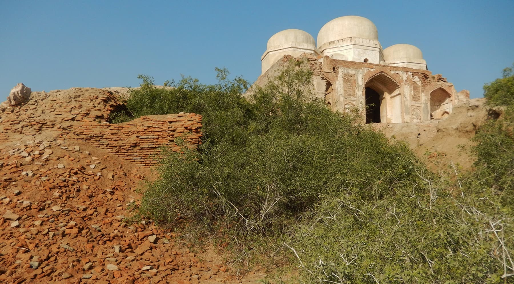 آثار قدیمہ کے جنوب میں، ٹیلے پر بنی ایک قدیم مسجد—تصویر ابوبکر شیخ